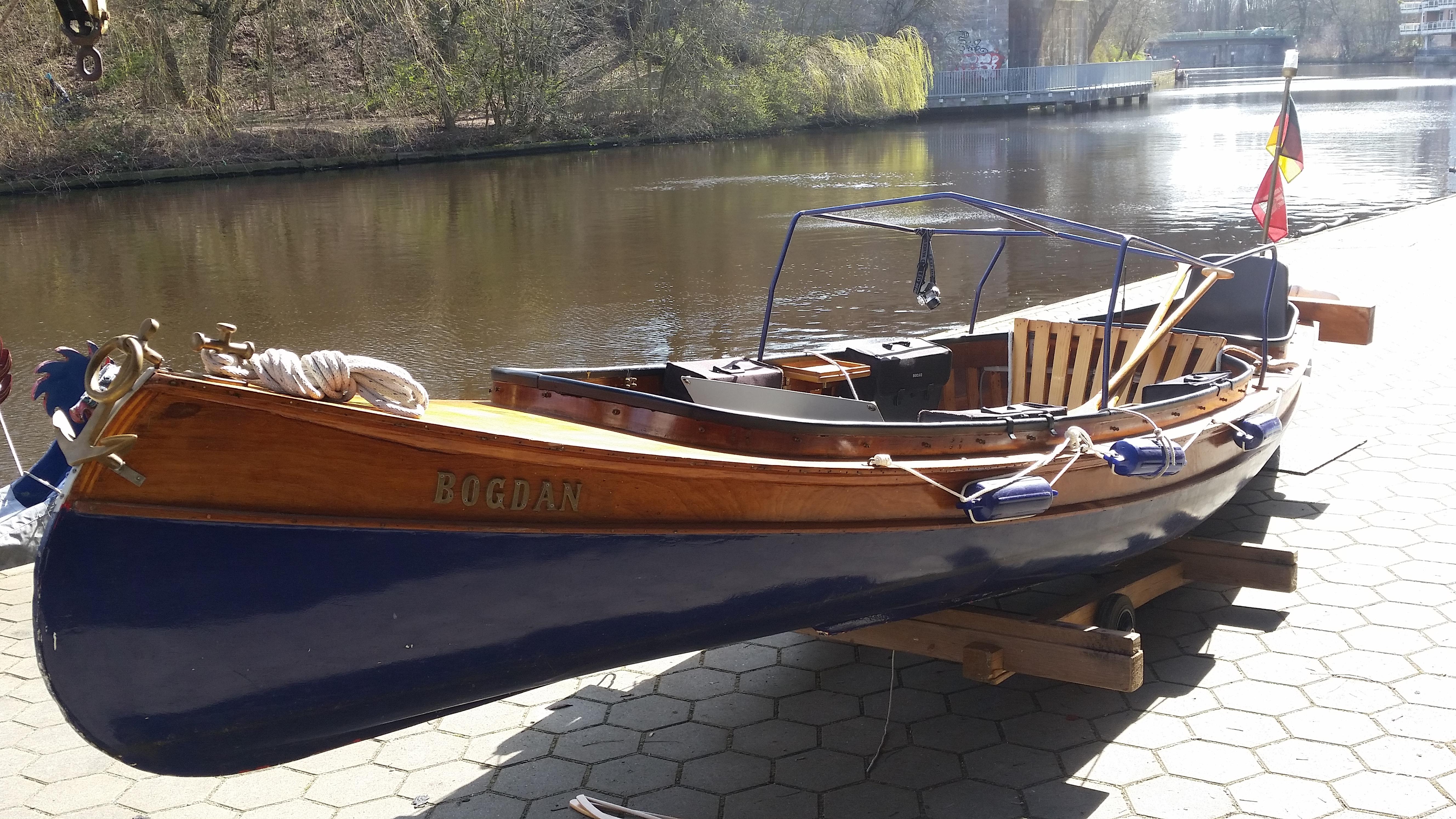 Wunderschönes Elbkanu wartet auf seinen ersten Einsatz am Anleger Hamburg