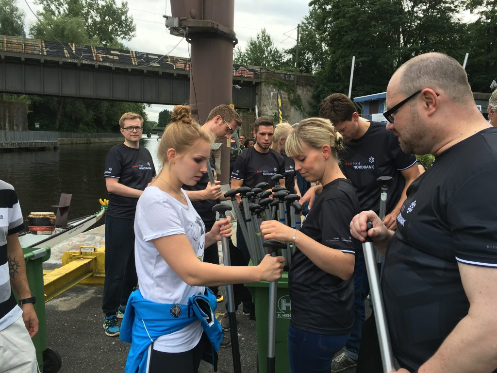 Drachenbootzentrum beim briefing am Anleger Hamburg