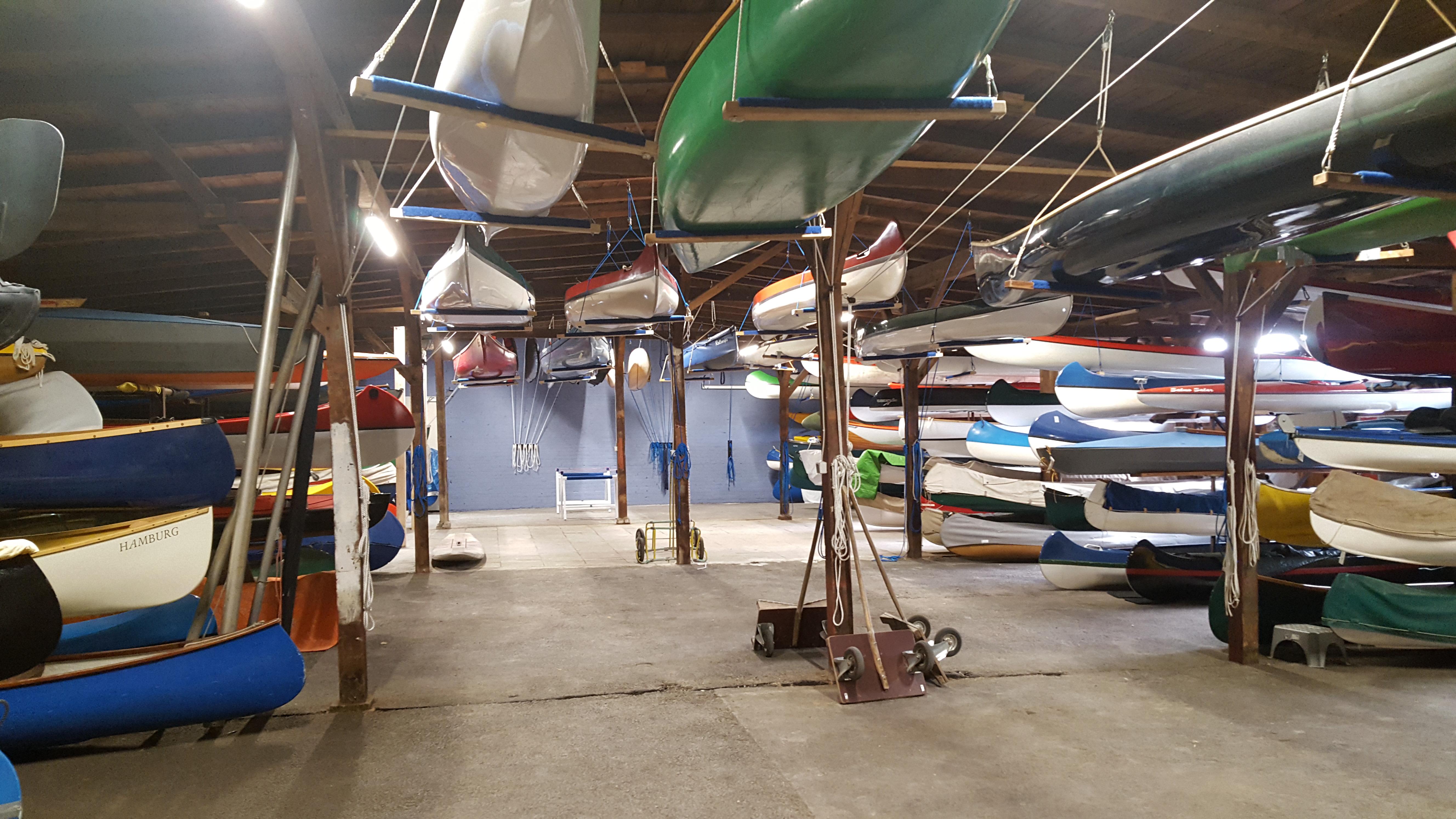 Moderne Bootslagerung in Hamburg in historischen Werfthallen beim Anleger hamburg am Alsterlauf
