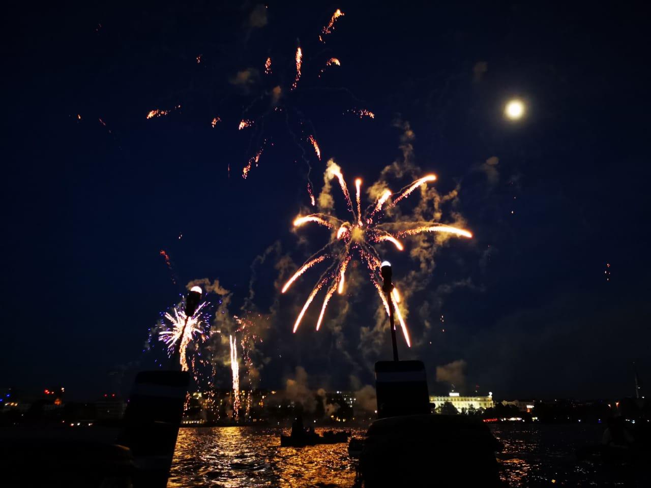 Feuerwerk auf der Alster vom Drachenboot aus